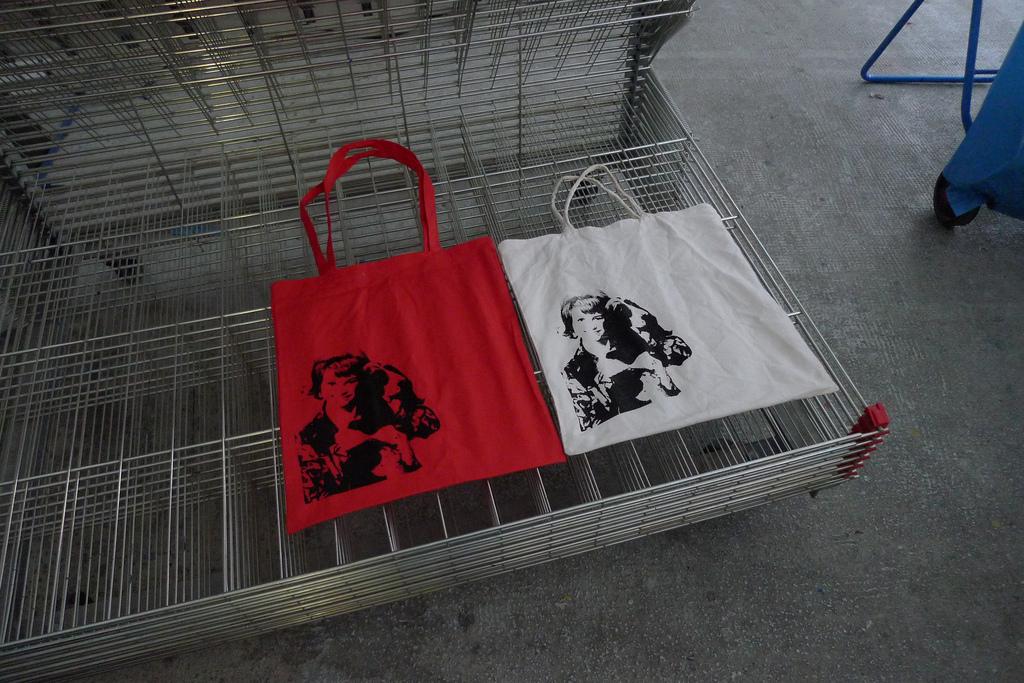Frau-mit-Hund-001-Superwelt-Bags-Foto-von-Flop